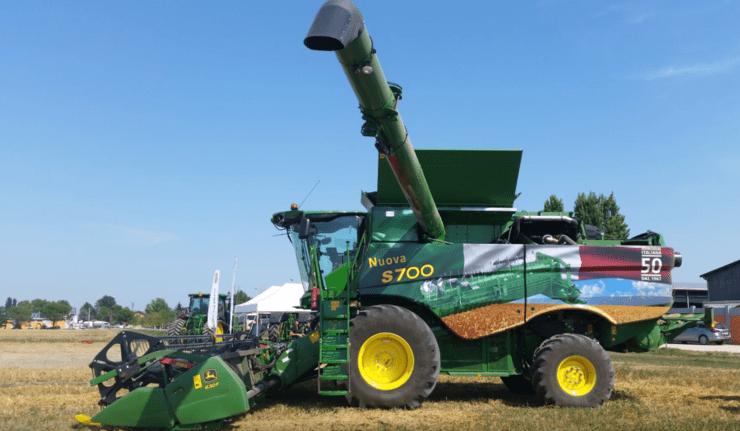 Uma colheitadeira John Deere S770 em apresentação na Itália