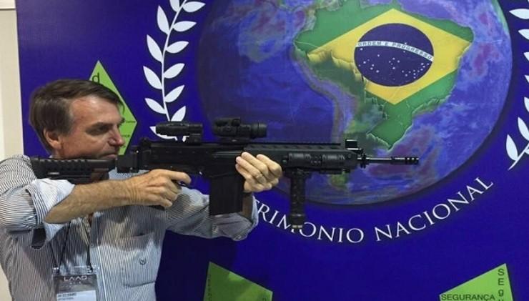 Bolsonaro e fuzil