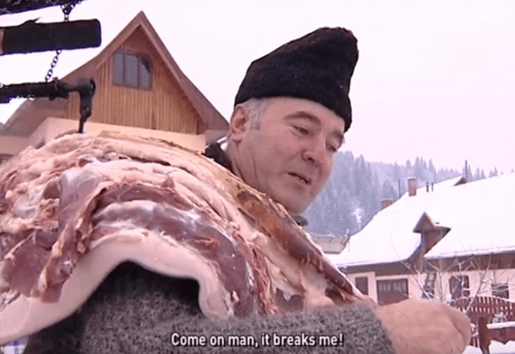 Homem com carcaça de porco