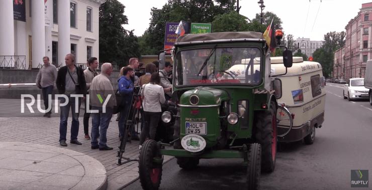 Incrível! Aposentado viaja de trator da Alemanha até a Rússia