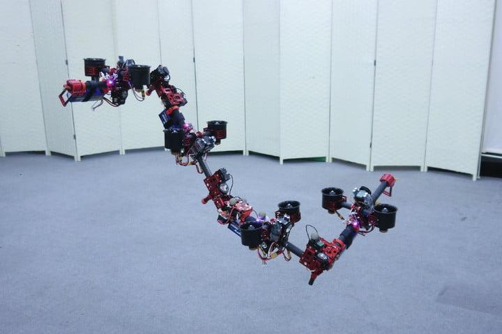 Um drone em formato de cobra voadora