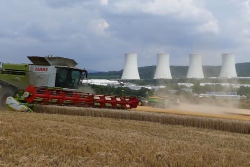 Eslováquia: uma colheita ao lado de uma usina nuclear